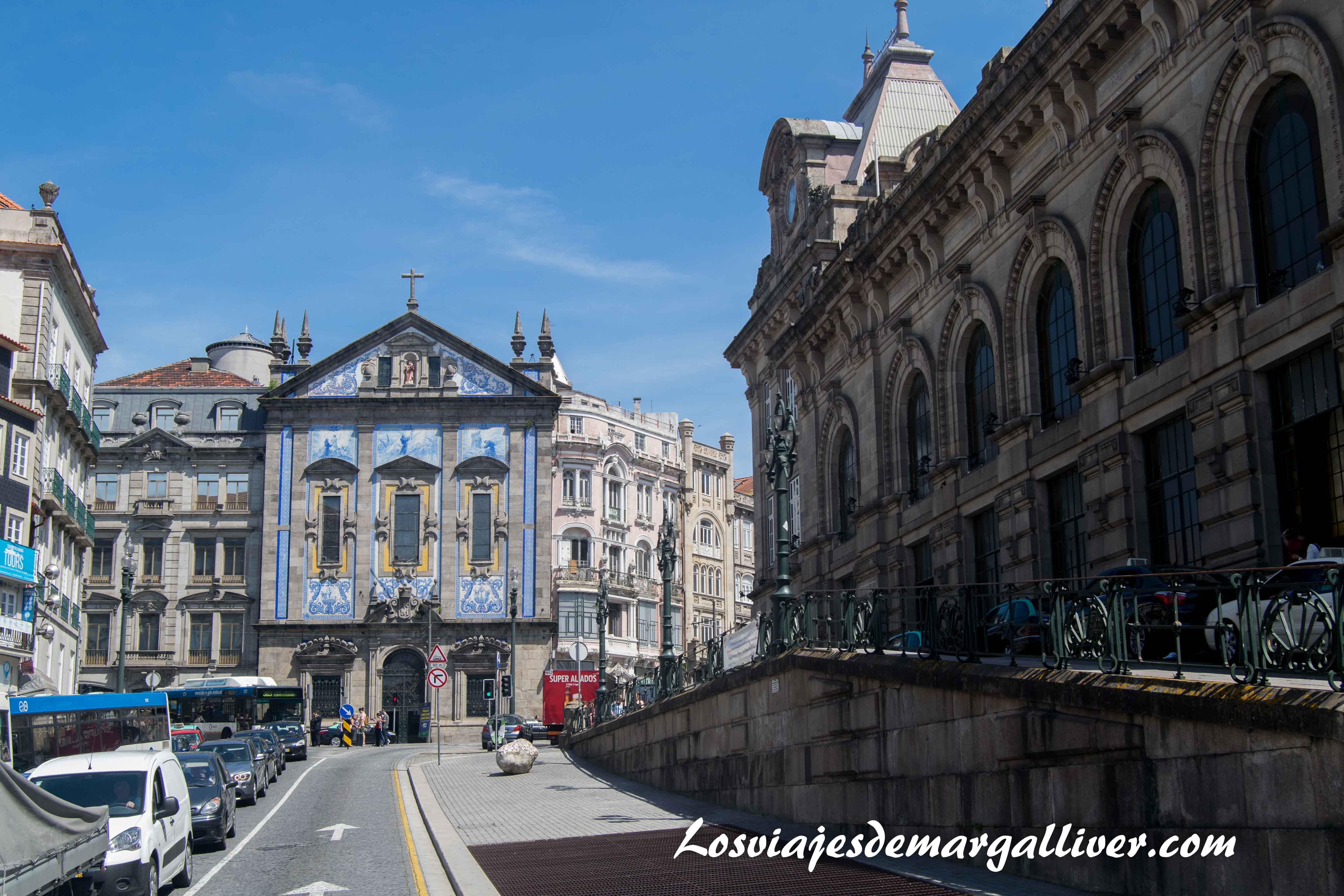 A la derecha , la fachada de la estación de trenes Sao Bento en Oporto - Los viajes de Margalliver que ver en Oporto